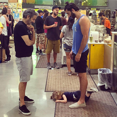 Nam diễn viên để mặc con nằm khóc, ăn vạ trong siêu thị. Ảnh: Facebook Justin.