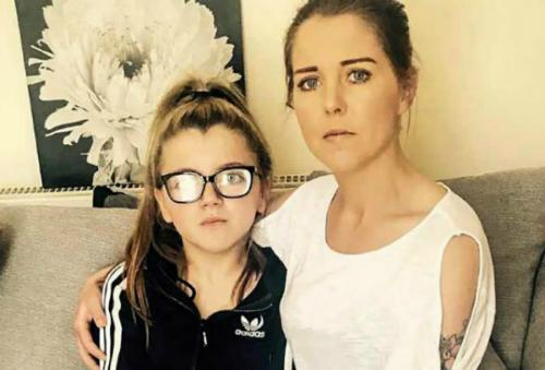 Chị Kelly Carberry và cô con gái 13 tuổi. Ảnh: Facebook.