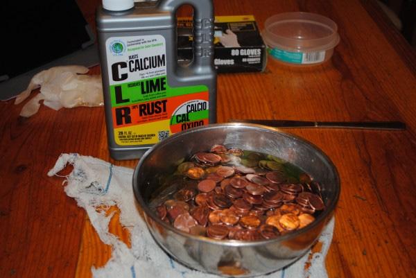 Đầu tiên, cô ngâm tất cả đồng xu vào dung dịch CLR tẩy sạch rỉ sét và chất bẩn.