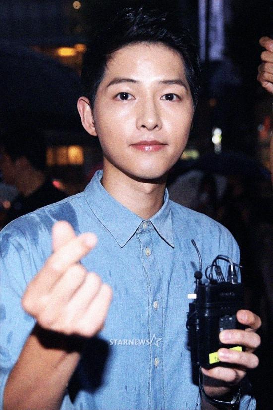 Song Joong Ki 'né' mọi câu hỏi về đám cưới khi xuất hiện tối qua