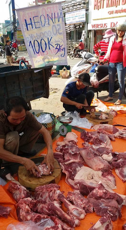 Thịt heo bày bán ven đường với giá 100.000 đồng/3 kg. (Ảnh: H. Nguyên)