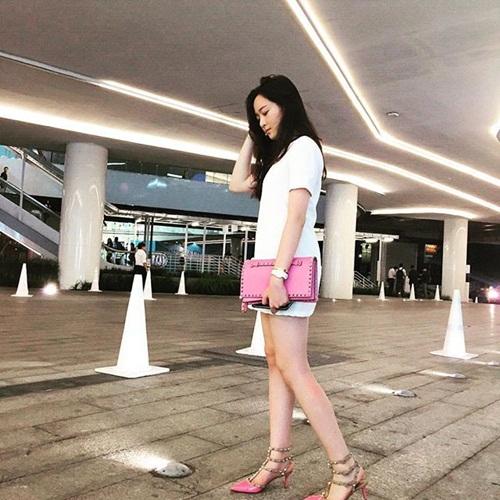 Giày và clutch hồng của Valentino