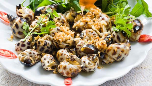 Người bị bệnh thận không nên ăn thực phẩm chứa nhiều canxi như: Nghêu, sò, tôm, cua.