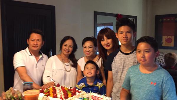 Bức ảnh gia đình vắng mặt Dương Mỹ Linh khiến tin đồn Hoa hậu và Bằng Kiều đã đường ai nấy đi rộ lên cuối năm 2016.