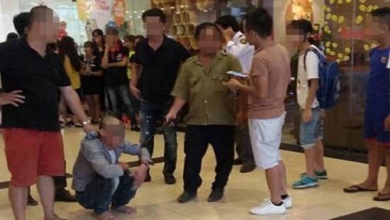Người đàn ông (ngồi) bị bắt giữ tại một siêu thị ở quận Long Biên do có dấu hiệu dâm ô với trẻ em