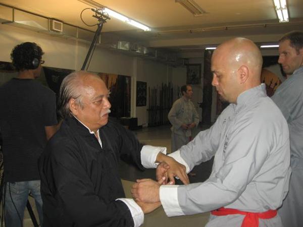 Đại võ sư Nam Anh (trái) là chưởng môn phái Nam Anh Kungfu hay còn gọi là Việt Nam Vịnh Xuân Chính Thống phái. Pierre Francois Flores (phải) - người đang gây xôn xao cộng động làng võ Việt - là một trong những học trò ưu tú của ông.