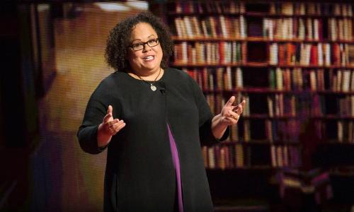 Giáo sư Julie Lythcott-Haim chia sẻ về việc bố mẹ nên ngừng thay con quá nhiều nếu muốn trẻ lớn lên thành công tại một buổi trò chuyện với các phụ huynh. Ảnh: Ted.