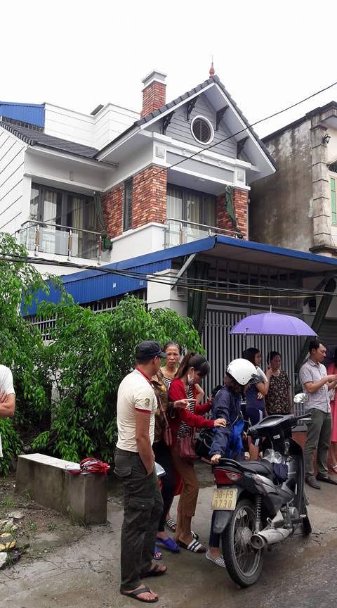 Rất đông phụ huynh tập trung trước cửa nhà bà Hiền yêu cầu làm rõ sự việc. Ảnh: T.L.