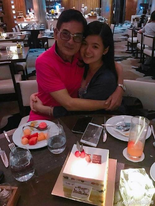 Tài tử TVB bị chửi rủa vì hôn môi, ôm ấp con gái 15 tuổi