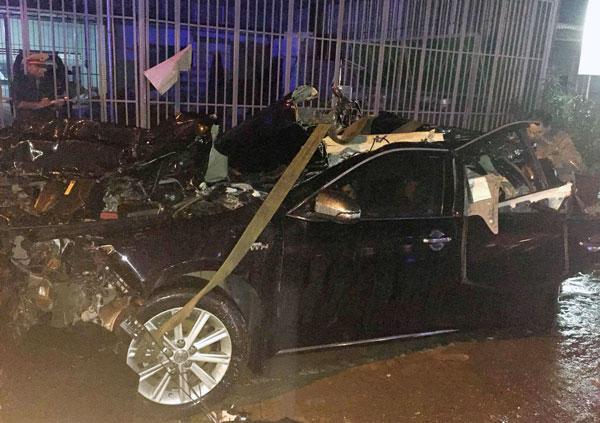 Chiếc xe biển xanh biến dạng sau vụ tai nạn