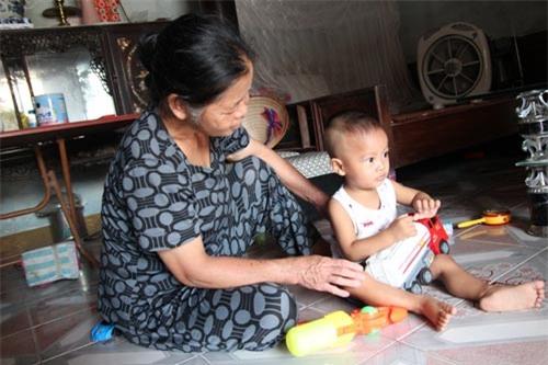 Bà Đặng Thị Bình hiện vẫn đang làm công việc trông trẻ để kiếm tiền nuôi cháu Thương ăn học.