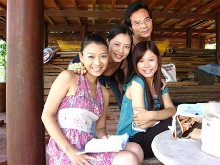 Quỳnh Tứ (trái) và các diễn viên trong phim Những cánh hoa bay. (Ảnh: dantri.com.vn)