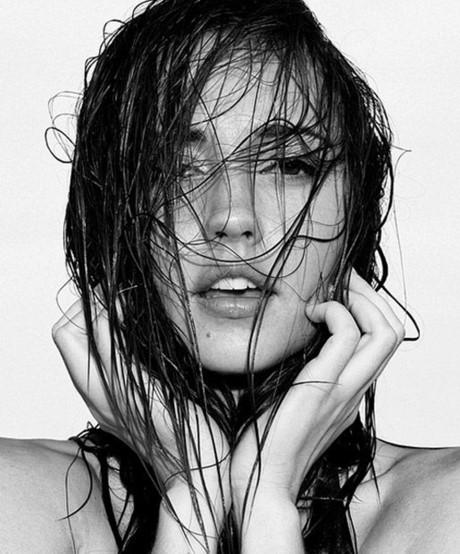 Làm ướt tóc bằng nước ấm để dầu gội phát huy hiệu quả