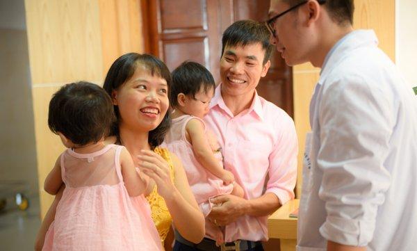 Vợ chồng anh Hảo, chị Nhung hạnh phúc khi sinh hạ cùng lúc 2 bé gái đáng yêu