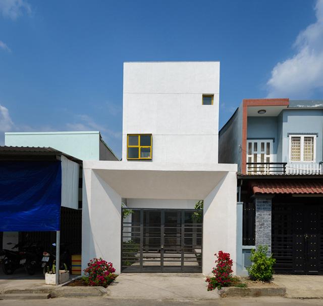Ngôi nhà này xây dựng trên một mảnh đất có diện tích 5x17m ở thị xã Thuận An, tỉnh Bình Dương.