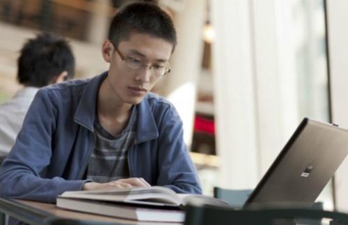 Du học sinh khó mà chuyên tâm học tập nếu không được đảm bảo về tài chính - Ảnh: educationnews.org