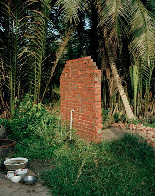 Một nhà vệ sinh được làm gần ngay nơi rửa bát và chỉ có một bức tường duy nhất che chắn ở Việt Nam.
