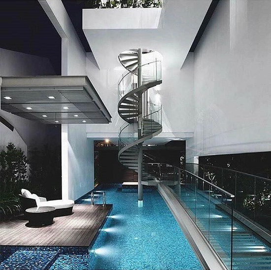 Một ngôi nhà có thiết kế hồ bơi lớn và sang trọng.
