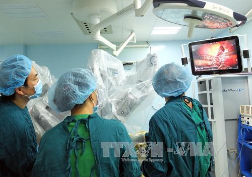 Các bác sĩ Khoa Ngoại Gan Mật thực hiện phẫu thuật robot cắt trọn vẹn hạ phân thùy gan II, III cho người bệnh. Ảnh: Phương Vy/TTXVN