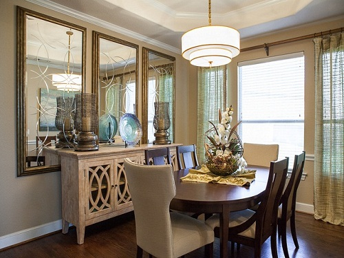 Gương là vật dụng phản chiếu thêm ánh sáng tự nhiên hiệu quả cho căn phòng.