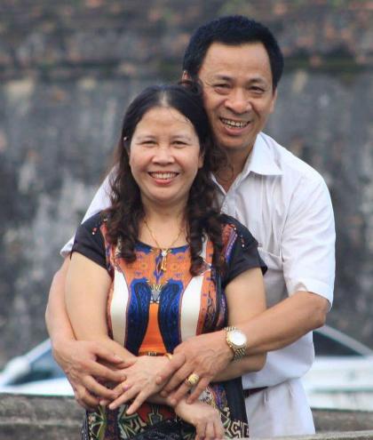 Sau hành trình chiến đấu với bệnh tật, vợ chồng ông Sinh dành nhiều thời gian chăm lo cho nhau, đi du lịch. Ảnh: NVCC.