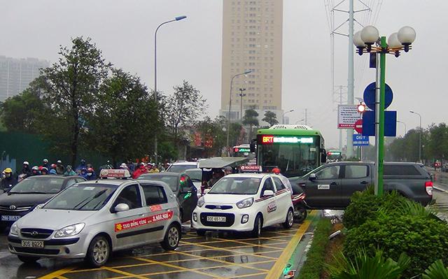 Hà Nội cấm taxi bắt khách trong khung giờ cao điểm dọc tuyến BRT