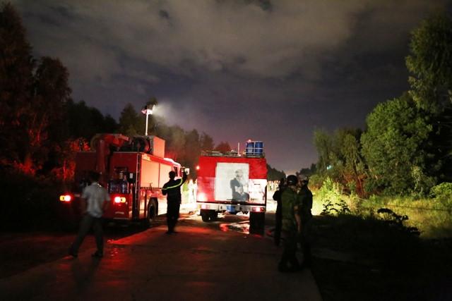 Cảnh sát PCCC TP Đà Nẵng dập lửa tại khu vực rừng thông gần sân bay Đà Nẵng. Ảnh: PCCC.