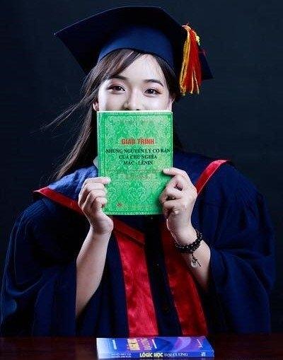 Linh Trang khiến nhiều người nể phục với việc giành được tấm bằng xuất sắc khoa Triết học với các bộ môn khó nhằn.