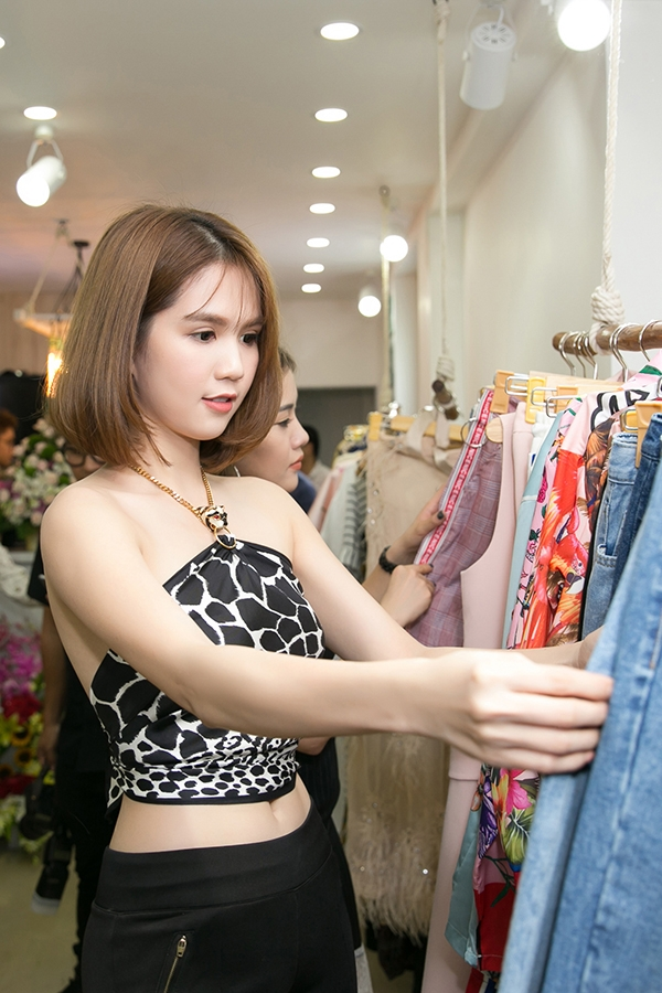 Góp mặt trong buổi giới thiệu cửa hàng thời trang của Trà Ngọc Hằng tổ chức vào tối 11/8, Ngọc Trinh chọn trang phục giúp cô tôn nét trẻ trung và sexy.