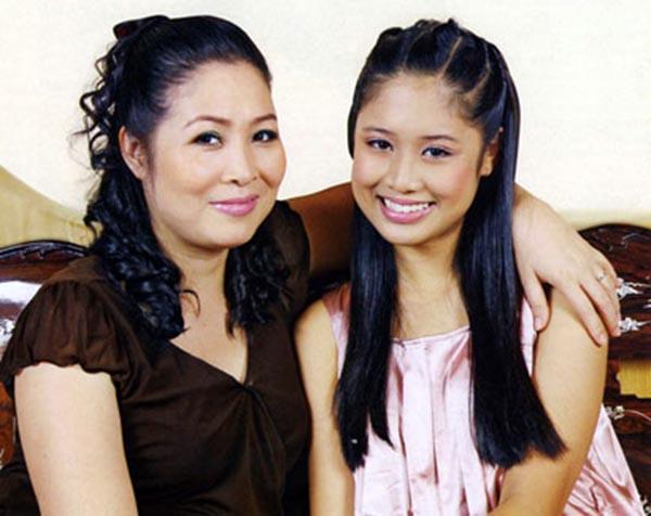 Vài năm trước, NSƯT Hồng Vân từng giới thiệu con gái cưng đầu lòng có tên thân mật là Xí Ngầu với giới truyền thông trong nước. Xí Ngầu tên thật là Nguyễn Ngô Hoàng Châu, cô sinh năm 1994 và là con của Hồng Vân với người chồng đầu tiên.