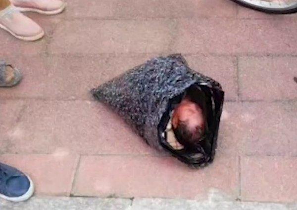 Đứa trẻ sơ sinh bị mẹ tàn nhẫn bọc trong túi ni lông.