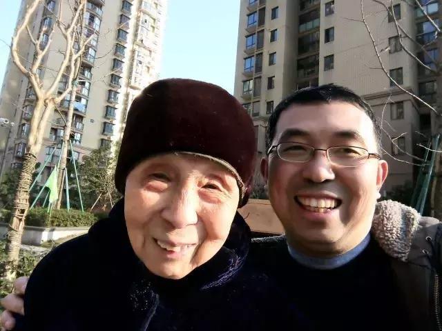Anh Lý Ái Quân và người mẹ 88 tuổi. (Ảnh: QQ)