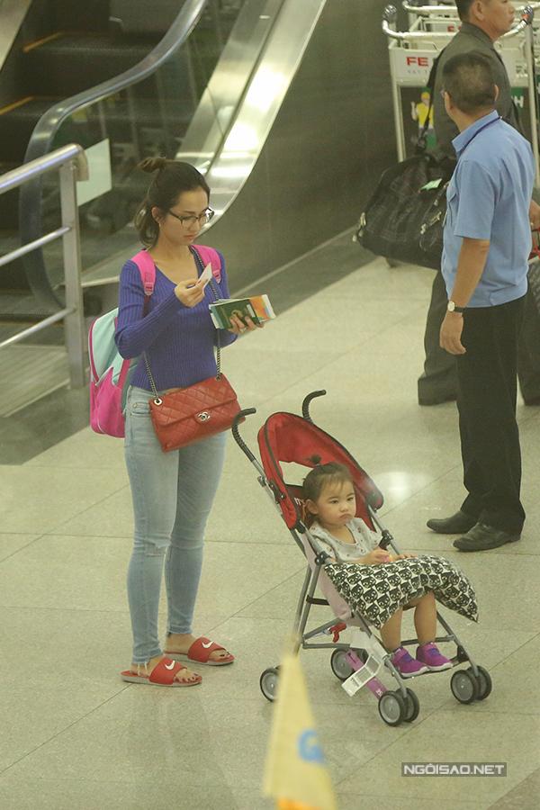 Khoảng 22h tối ngày 14/8, Kim Hiền hạ cánh xuống sân bay Tân Sơn Nhất. Sau hơn 2 năm sang Mỹ định cư, cô mới trở về thăm gia đình. Lần này, nàng Út Ráng về cùng hai con, riêng ông xã Andy vì bận công việc nên không thể sắp xếp đi cùng vợ con.