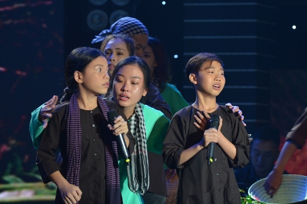 Đức Vĩnh và Quỳnh Anh mang đến tiết mục nhiều cảm xúc, nhưng gây bất đồng trên ghế nóng vì hát theo giọng cả 3 miền.