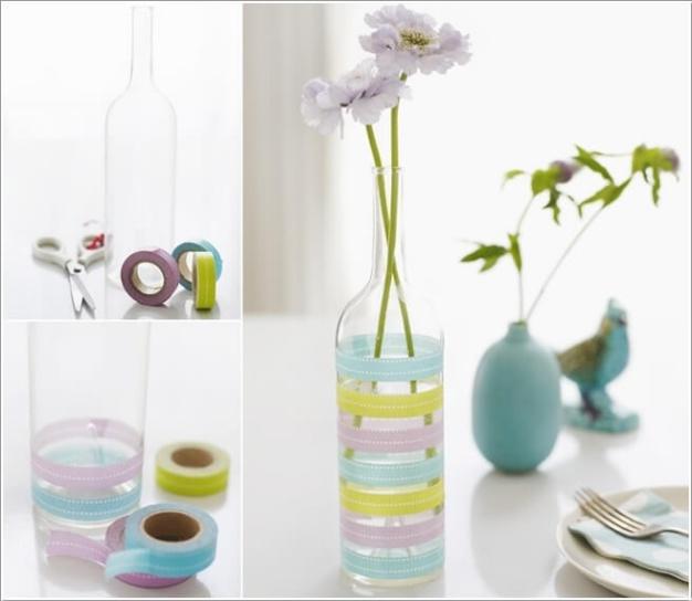 1. Sử dụng những chiếc lọ thủy tinh màu trắng, keo dính nhiều màu sắc được dán xung quanh viền thân của chai. Cách đơn giản này sẽ biến chai thành lọ hoa độc đáo.