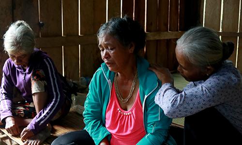 Bà Hiền (giữa) đau đớn khi lần mất chồng và hai cháu ngoại. Ảnh: Xuân Ngọc.
