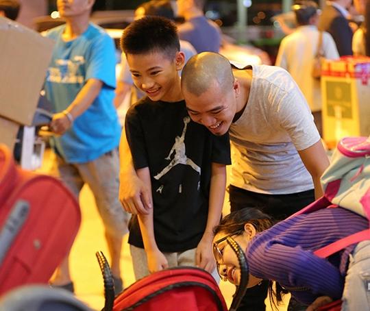 DJ Hoàng Phong ra sân bay đón mẹ con Kim Hiền về nước lúc nửa đêm. Anh tỏ ra rất thân thiết với con riêng của vợ cũ.