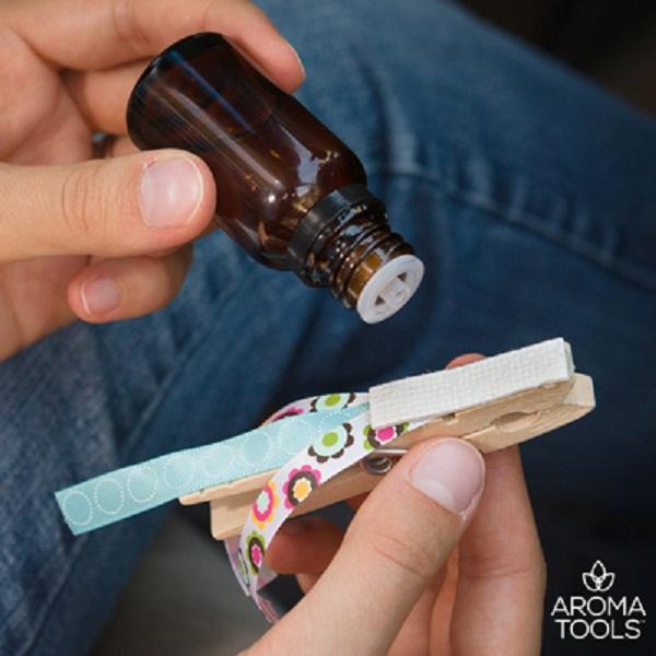 Nhỏ vài giọt tinh dầu vào kẹp quần áo loại bằng gỗ... (Ảnh: Aroma Tools)