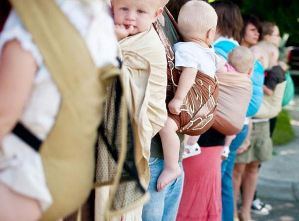 Mẹ có thể lựa chọn địu dạng cuốn cho trẻ sơ sinh và dạng địu cứng cáp hơn với trẻ mới lớn. Ảnh minh họa.