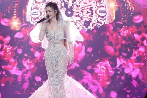 Ca sĩ hóa thân thành cô dâu khi thể hiện tình khúc ở liveshow.