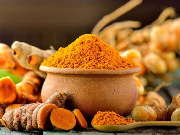 Củ nghệ là một loại dược thảo Ayurvedic nổi tiếng được biết đến với tính chất khử trùng mạnh mẽ.