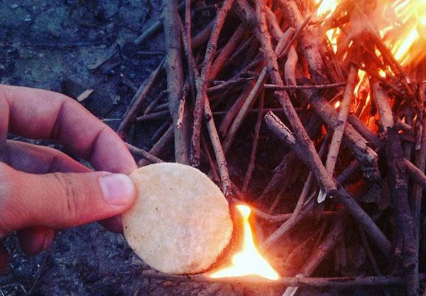 Miếng bim bim khoai tây không chỉ là món ăn vặt yêu thích mà còn có tác dụng trong trường hợp bạn cần nhóm lửa. Những miếng khoai tây này bắt lửa tốt và cháy lâu nhờ lượng dầu có trong nó.