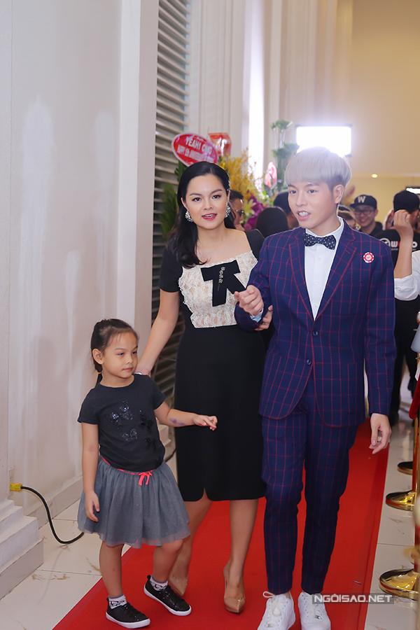 Tối 28/8, Đức Phúc đến dự kỷ niệm 15 năm thành lập công ty WEPro của vợ chồng Phạm Quỳnh Anh. Quán quân The Voice 2015 được Phạm Quỳnh Anh đón tiếp nồng nhiệt.