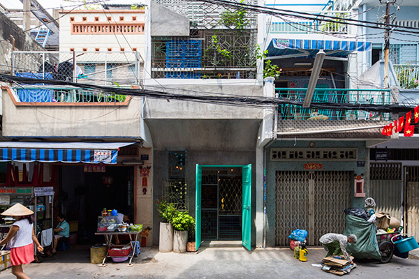 Ngôi nhà này nằm trong một ngõ nhỏ ở Thành phố Hồ Chí Minh. Bề ngoài của nó có đầy đủ những nhược điểm của một ngôi nhà thành phố: bị bao quanh bởi các ngôi nhà khác, hẹp ngang, chiều sâu khá dài, thiếu sáng…