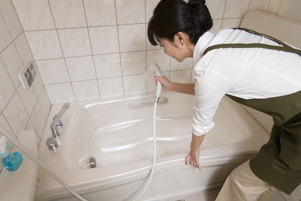 Dầu gội đầu hết hạn có thể làm sạch bồn tắm. (Ảnh minh họa)