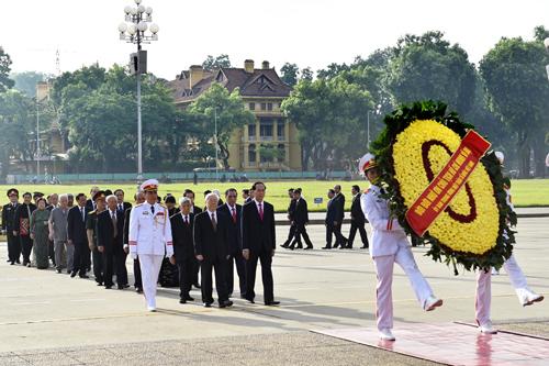 Đoàn đại biểu lãnh đạo Đảng, Nhà nước vào lăng viếng Chủ tịch Hồ Chí Minh. Ảnh: VGP/Nhật Bắc