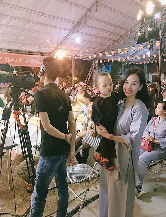 Ly 'Kute' đưa con trai đi chùa lễ Vu Lan