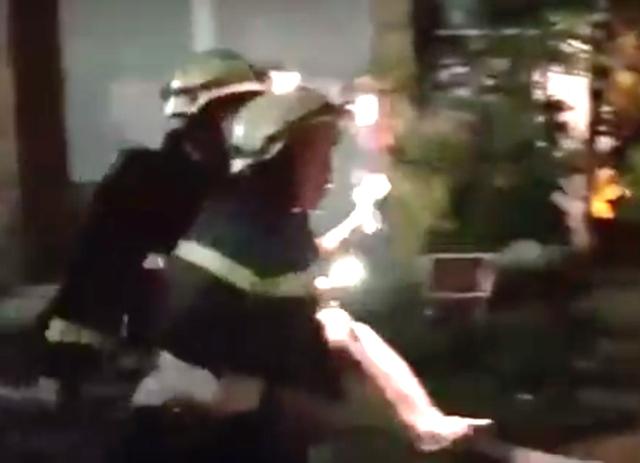 Cảnh sát giải cứu người bị kẹt ra khỏi đám cháy