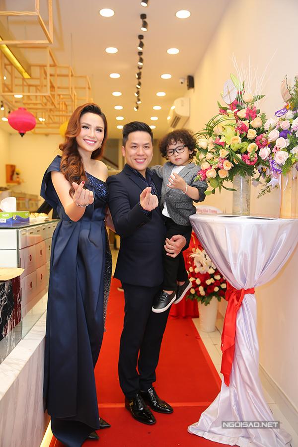Chồng giúp Diễm Hương bế con trong sự kiện