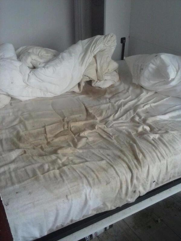 Chiếc ga giường chuyển sang màu nâu cáu bẩn.